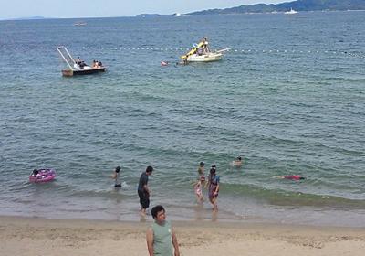 浜辺で遊ぶ